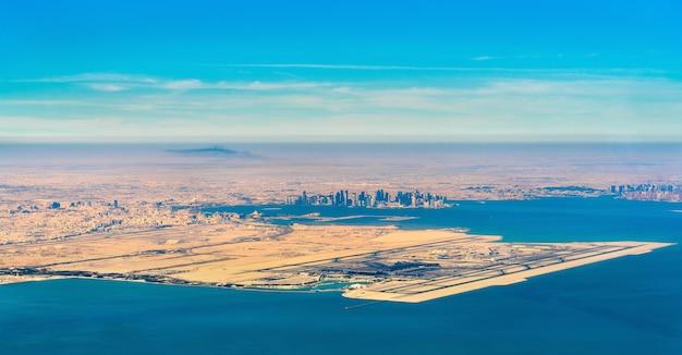 도하와 하마드 국제 공항의 공중보기. 카타르, 중동