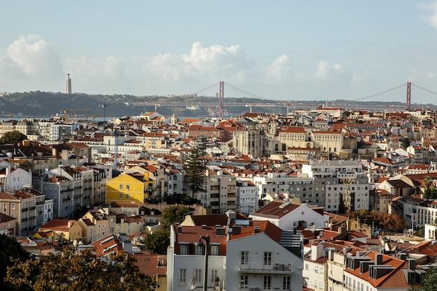 Аэрофотоснимок центра лиссабона на фоне линии горизонта старого исторического города, португалия