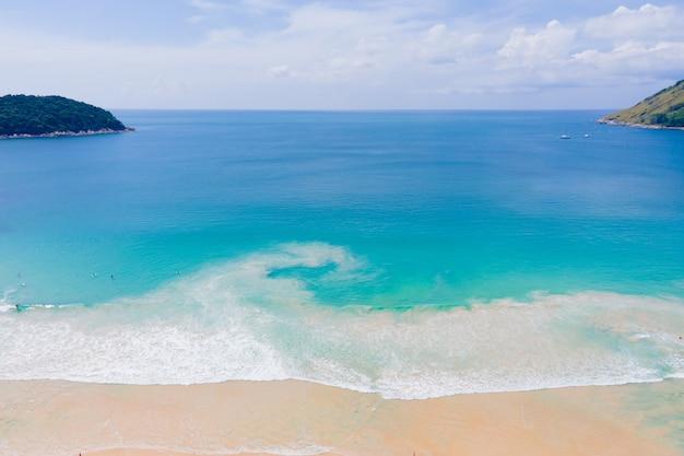 夏の日のドローン海の空撮。自然と旅行のコンセプト。