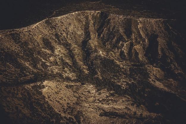 Вид с воздуха на сухой горный хребет