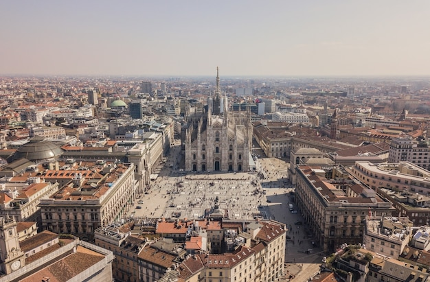 Вид с воздуха на миланский собор, галерея витторио эмануэле ii, пьяцца дель дуомо