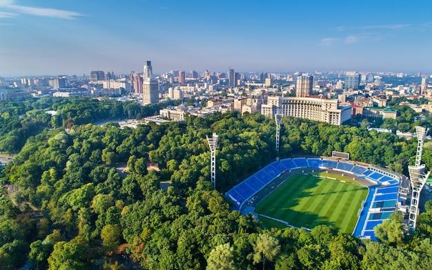 Аэрофотоснимок стадиона динамо, верховной рады и здания правительства в киеве, украина