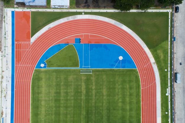 주위에 트랙을 실행하는 위에서 빈 새 축구장의 공중 보기 푸켓 태국에서 많은 스포츠 분야에 대한 놀라운 새로운 작은 경기장.