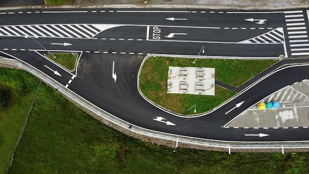 空の道路と近くの駐車場の航空写真。
