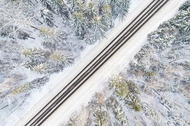 겨울 숲에서 빈 눈 덮힌 도로의 항공보기