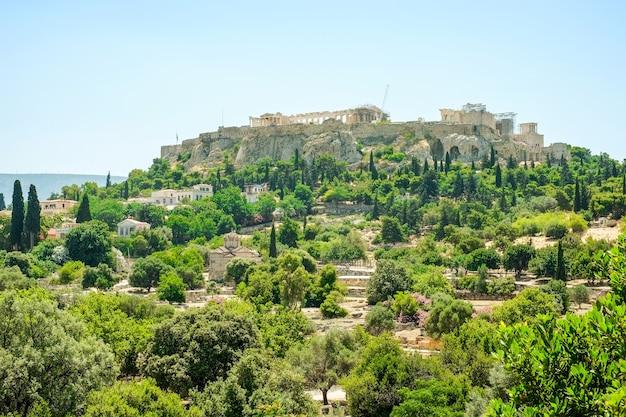 澄んだ青い空、ギリシャのアテネのアクロポリスに対する有名なギリシャ神殿の空撮