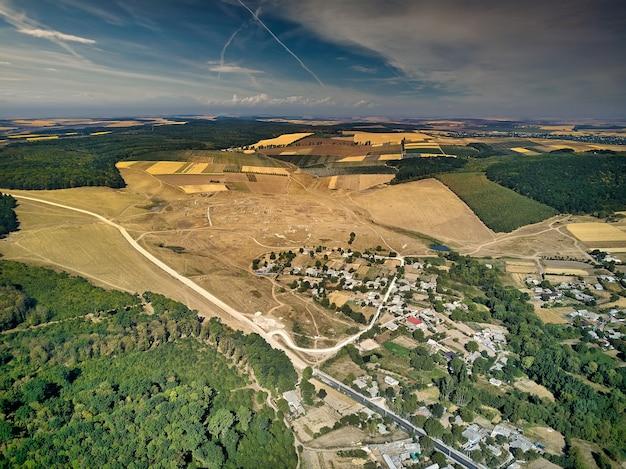 Вид с воздуха на летний пейзаж полей ферм. деревня с высоты птичьего полета. Premium Фотографии