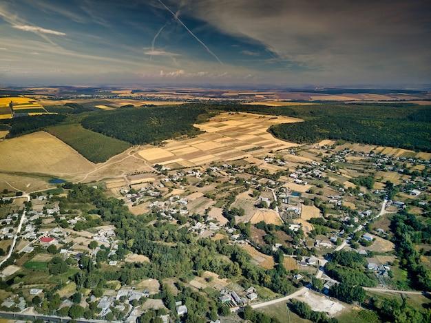 Вид с воздуха на поля фермы летний пейзаж