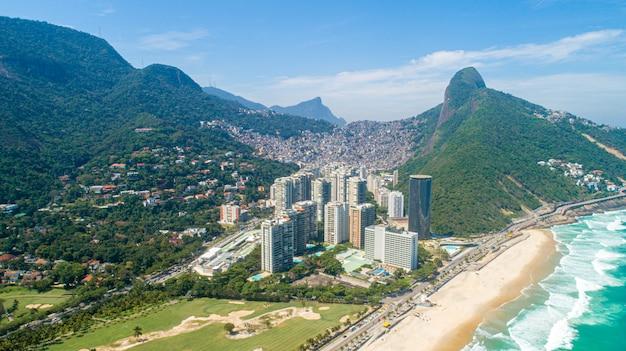 Favela da rocinha, 리오 데 자네이로 산에 브라질에서 가장 큰 빈민 굴과 도시의 스카이 라인의 공중보기
