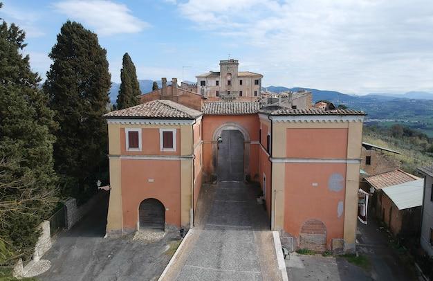 Аэрофотоснимок филаччано с замком дель драго недалеко от рима, италия