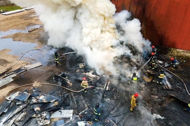 산업 지역에서 화재를 진압하는 소방관의 공중보기.