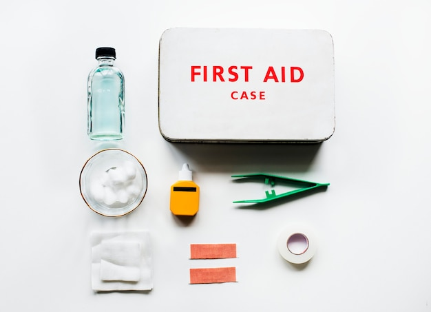 白いテーブルの上の応急処置ケースの航空写真
