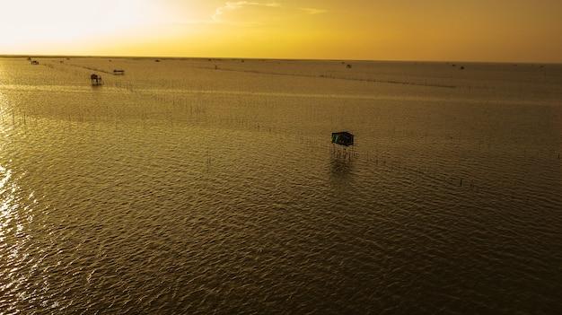Вид с воздуха на дом рыбака в сумерках, таиланд