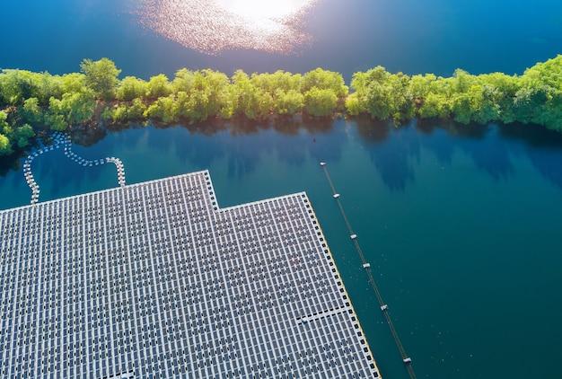 湖のフローティングソーラーパネルセルプラットフォームシステムパークファームの航空写真