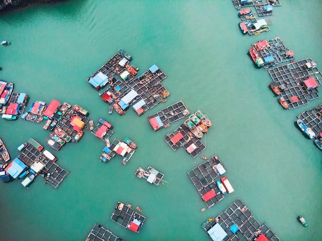 キャットバ島周辺の浮かぶ村の航空写真。 cat baは、ベトナムのハロン湾の南東端を構成する366の島の中で最大です。