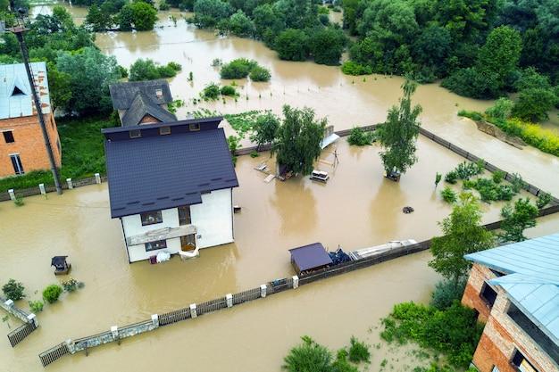주위에 더러운 물로 침수된 집의 공중 전망.