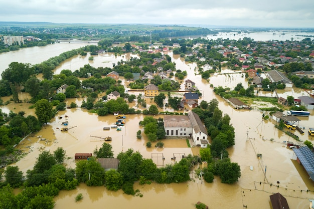 ウクライナ西部のハリチの町のドニスター川の汚い水で浸水の家の空撮