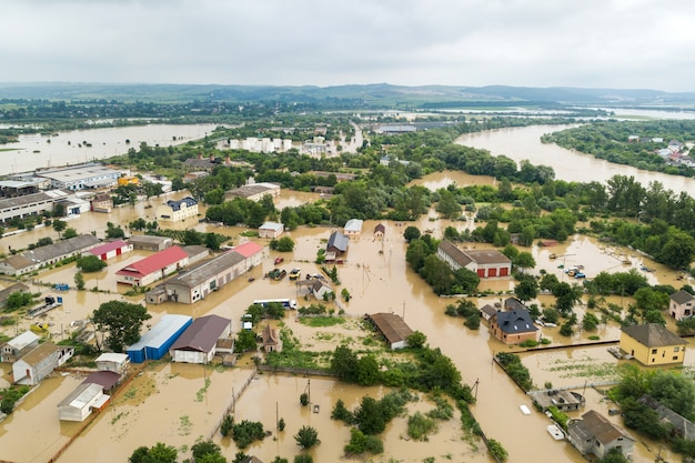 Halych 마을, 서쪽 우크라이나에서 dnister 강 더러운 물으로 침수 주택의 공중보기.