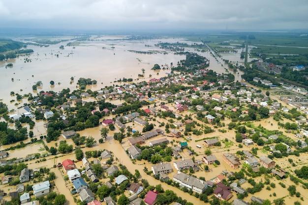 Вид с воздуха на затопленные дома с грязной водой реки днестр в городе галич, западная украина.