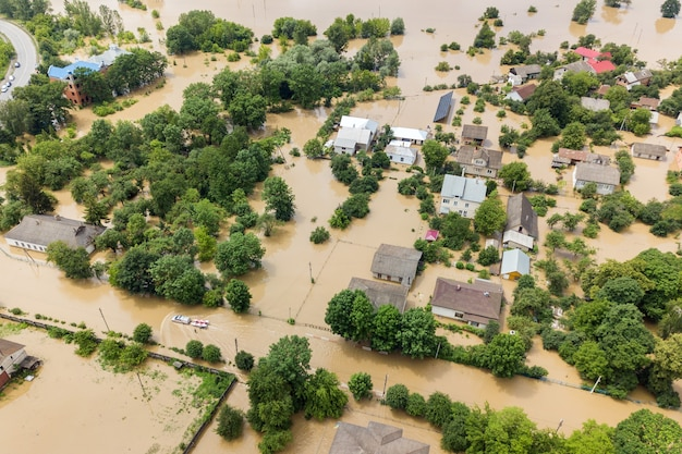 ウクライナ西部、ハリチの町のドニエストル川の汚れた水で浸水した家の航空写真。