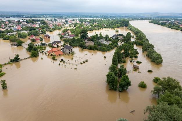 Аэрофотоснимок затопленных домов грязной водой реки днестр в городе галич на западе украины.