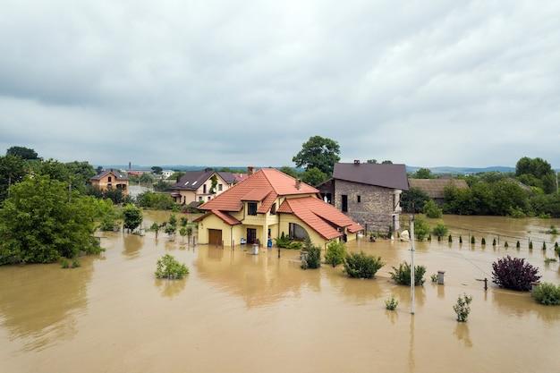 ウクライナ西部、ハリチ町のドニエストル川の汚れた水で浸水した家々の航空写真。