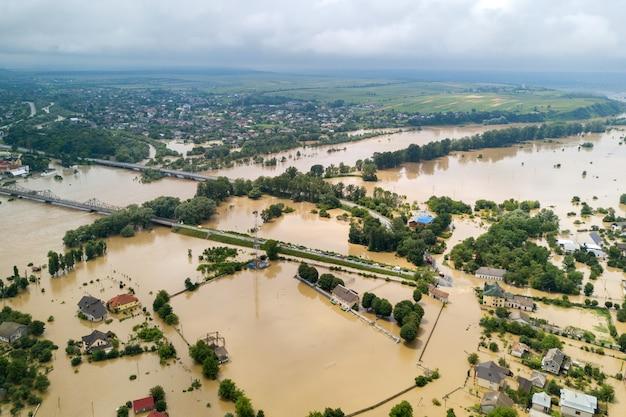 우크라이나 서부 할리치(halych) 마을에 있는 드니스터(dnister) 강의 더러운 물로 침수된 주택의 공중 전망.
