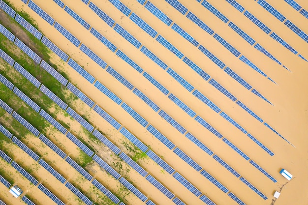 Вид с воздуха на затопленную солнечную электростанцию грязной речной водой в сезон дождей.