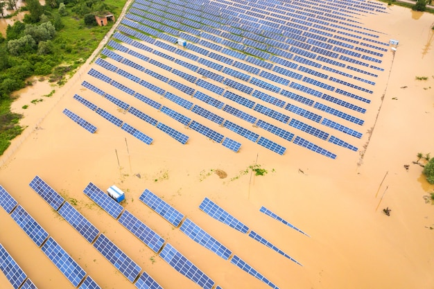 雨季に汚れた川の水で氾濫した太陽光発電所の航空写真。
