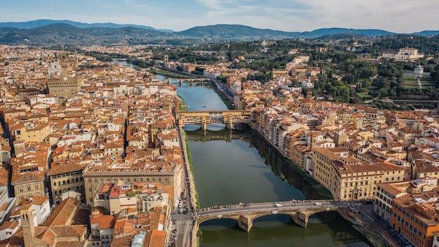 피렌체와 그 유명한 다리의 항공 보기