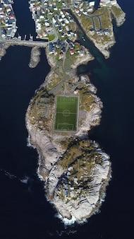Вид с воздуха футбольного поля или футбольного поля в henningsvaer, островов lofoten, норвегии.