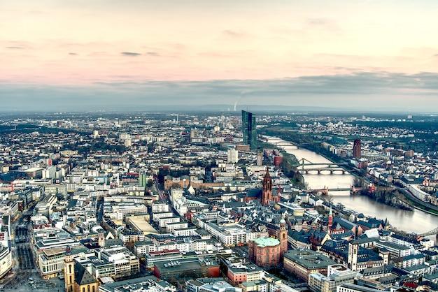 夕暮れ時のフランクフルトアムマインの空撮。ゴールデンアワーにドイツのフランクフルト。 hdrシュート