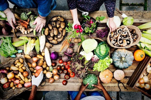Вид с воздуха на свежие органические овощи на деревянном столе