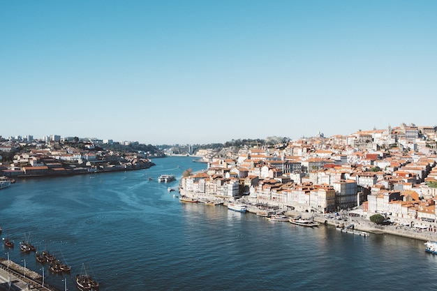 Вид с воздуха на сад морро вила в португалии под ясным голубым небом