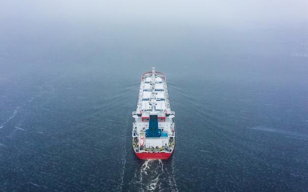 Вид с воздуха на сухогруз в море в зимнее время