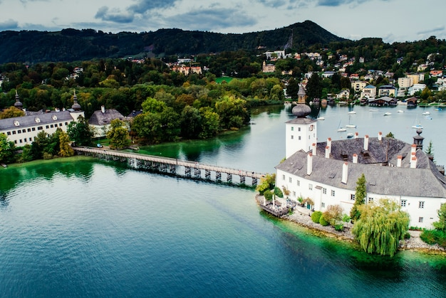 オーストリアのトラウンゼー湖とグムンデンシュロスの空撮