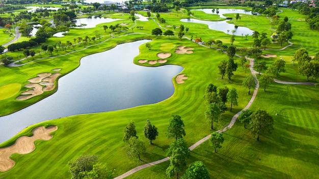 Вид с воздуха на пейзаж поля для гольфа с видом на восход солнца в утренней съемке. бангкок, тайланд