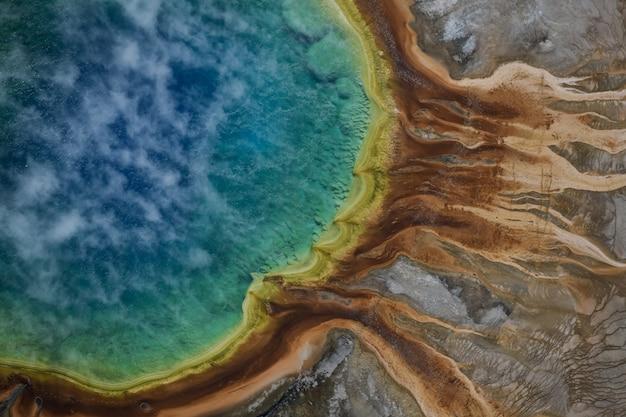 米国イエローストーン国立公園のグランドプリズム春の航空写真