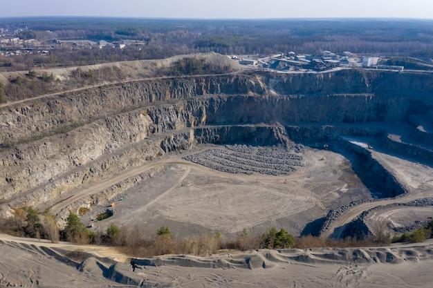花崗岩の採石場の航空写真
