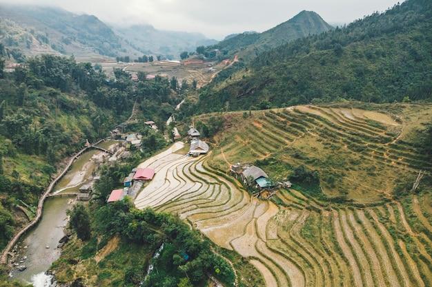 베트남 사파(sapa)의 깟깟(cat cat) 마을 계곡에 있는 녹색 계단식 논과 건물의 공중 전망.