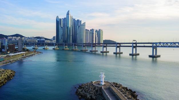 Вид с воздуха на мост гванган в городе пусан, южная корея