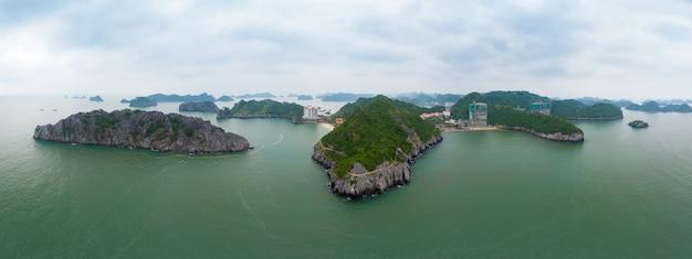Аэрофотоснимок ha long bay cat ba острова, уникальные острова известняковой скалы и карстовые пики в море, известное направление туризма во вьетнаме. живописное голубое небо.