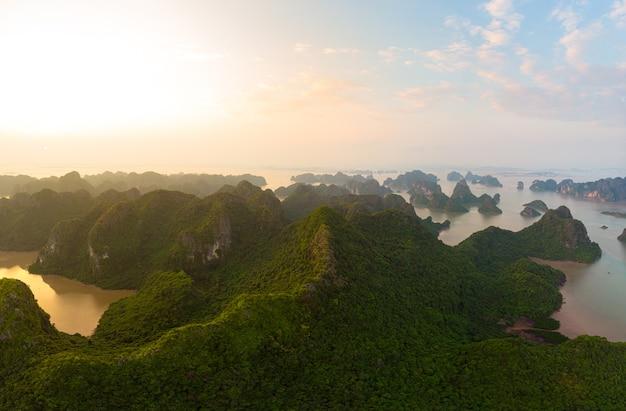 ベトナムのハロン湾のユニークな石灰岩の岩の島々の空撮