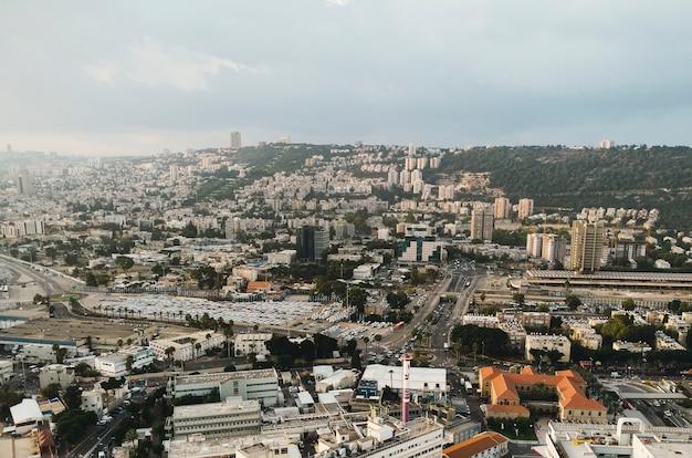 Вид с воздуха на город хайфа, израиль. живописная панорама мегаполиса хайфы. город расположен на горе кармель, вид в солнечный погожий день. архитектура и инфраструктура хайфы. городской пейзаж
