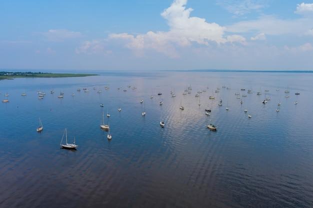 アメリカニュージャージー州の多くのボートがある港の空撮