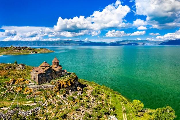 Вид с воздуха на монастырь айраванк на берегу озера севан в армении