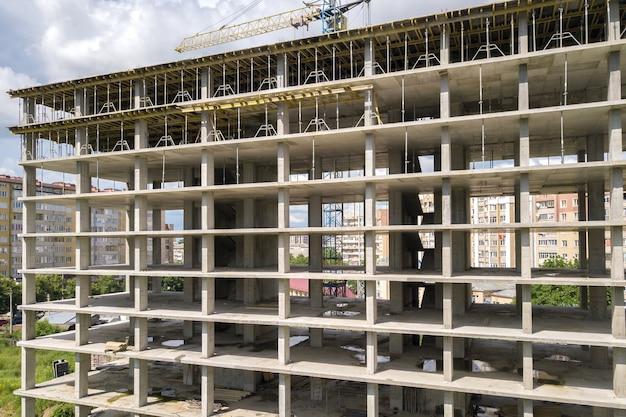 건설 중인 모놀리식 콘크리트 건물의 높은 프레임의 공중 전망. 부동산 개발.