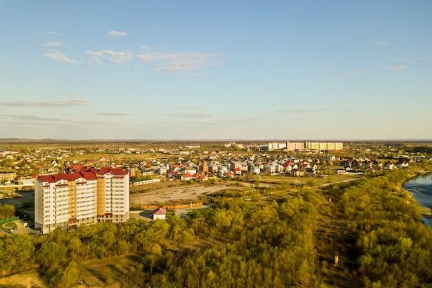 ウクライナ、イバノフランコフスク市の緑豊かな田園地帯にある高層住宅の空撮