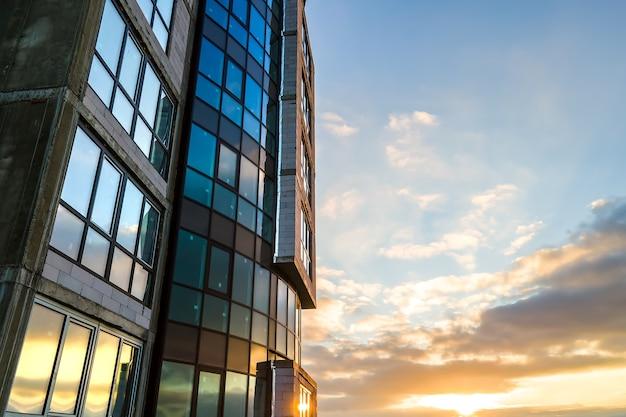 Аэрофотоснимок строящегося высокого жилого многоквартирного дома. развитие недвижимости.