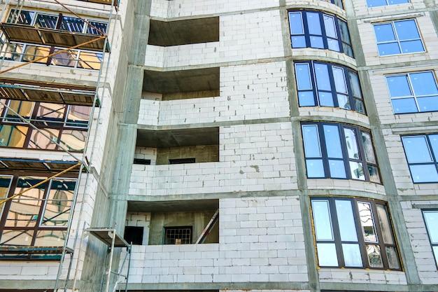 건설 중인 높은 주거용 아파트 건물의 공중 전망. 부동산 개발.